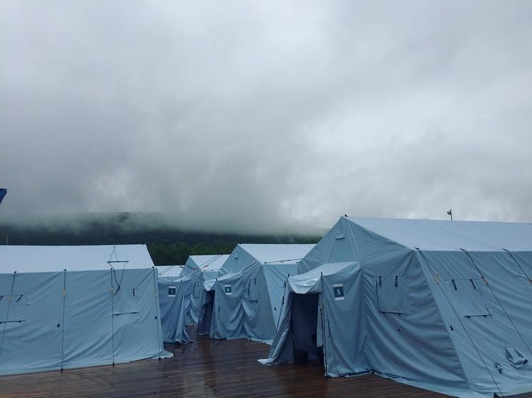 Палатки «Памир»: наклонные боковые стенки хорошо защищают от ветра.