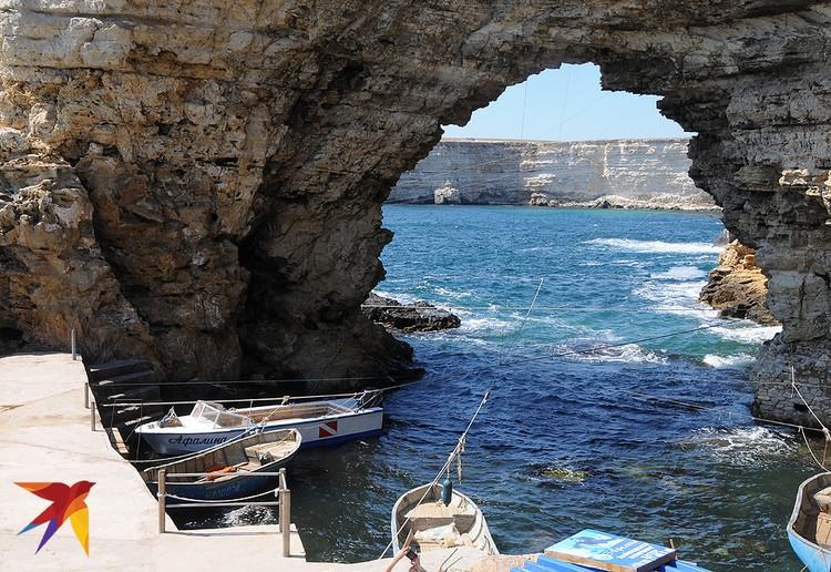 Эта каменная арка на рыбацком стане «Большой Атлеш» ведет в небольшую бухту, где швартуются катера и рыбацкие лодки.