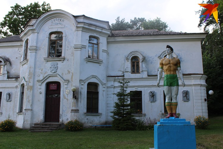 Флигель для слуг стал Дворцом спорта и получил статую спортсмена у входа в качестве украшения. Фото: Сергей ЧИГРИН
