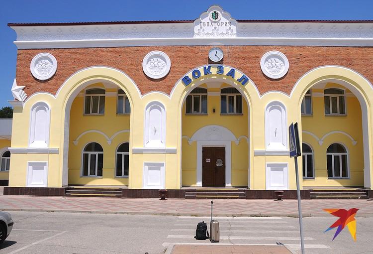 Здание вокзала в Евпатории пока закрыто. Здесь ждут, когда через железнодорожный Крымский мост пойдут поезда.