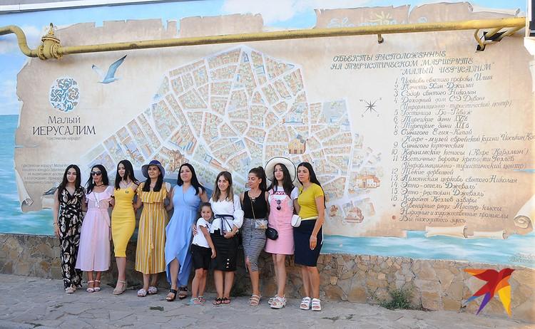 А вот эта группа девушек-езидок приехала в Евпаторию с Урала и из Сибири. Все-таки как тесен мир!