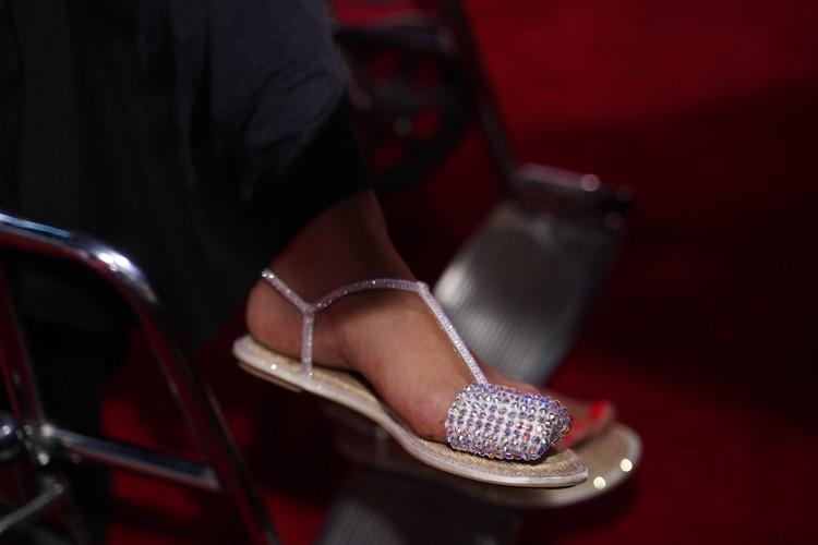 Повязку на пальце ноги Анита украсила стразами