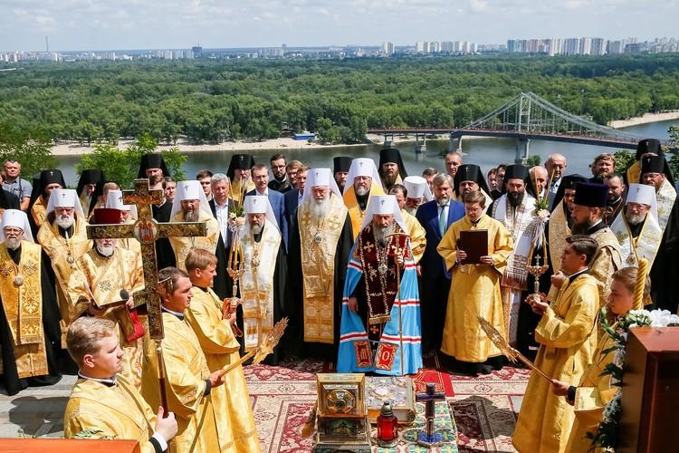 Среди привезенных реликвий были мощи князя Владимира и апостола Андрея Первозванного