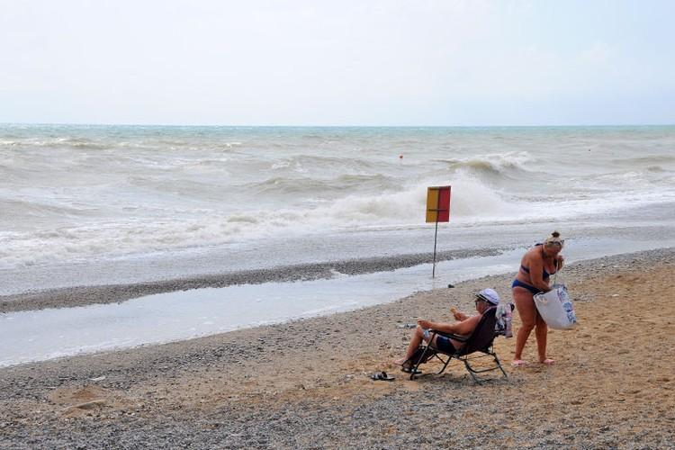 Море в Саках волнуется раз, Море в Саках волнуется два, море в Саках волнуется три… Пляжная жизнь, на время замри!