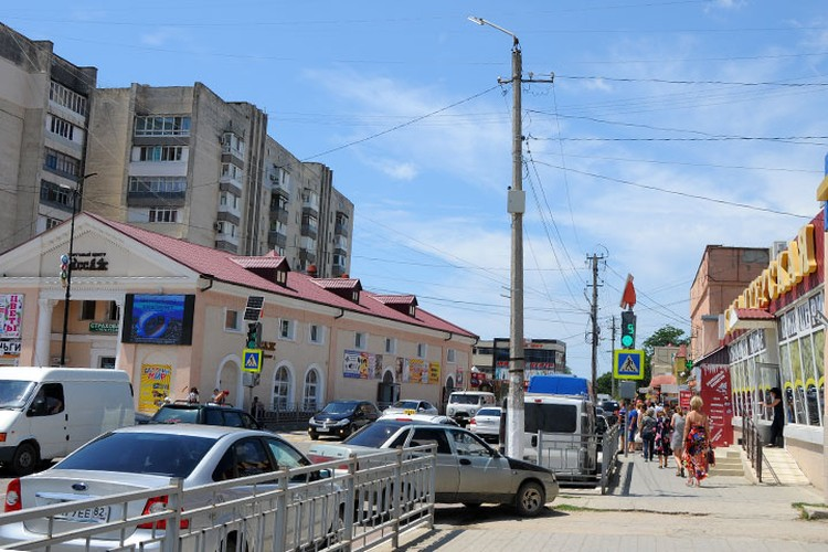 Даже в центре Саки – это типичный советский курортный городок. С панельными многоэтажками и торговой улицей.