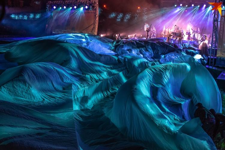 На создание моря ушло 600 метров ткани