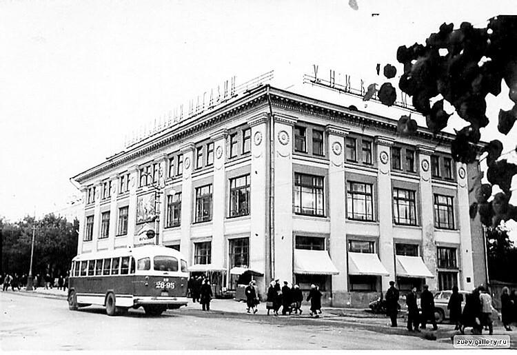 В 1958 году ижевский «Детский мир» открылся в здании на углу улиц Ленина и Коммунаров, а в начале 70-х переехал на Советскую. Фото: из личной коллекции Сергея Жилина.