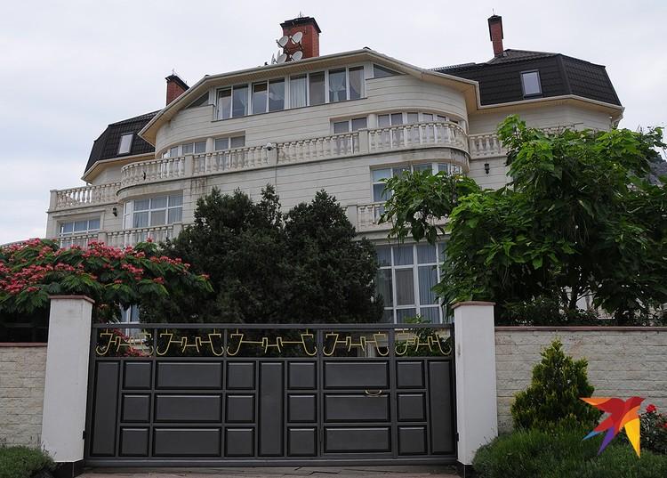 В Форосе можно увидеть и такие роскошные особняки за высокими заборами. И это не гостевые дома и не отели.