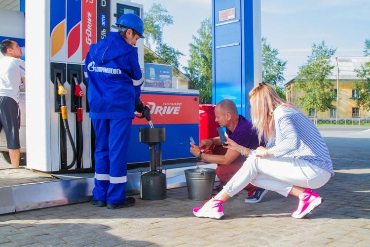 Сотрудник АЗС «Газпромнефть» под наблюдением блогеров наполняет мерник.