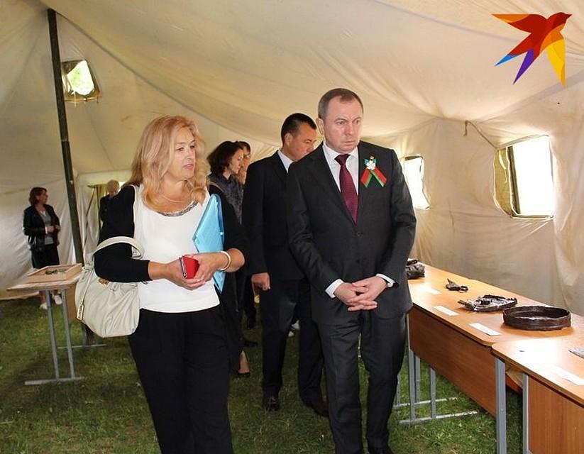 Тамара Вершицкая с Владимиром Макеем на выставке артефактов.