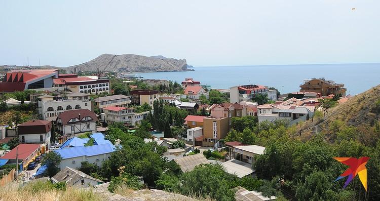 Весь центр Судака заставлен отелями, мини-гостиницами и гостевыми домами.