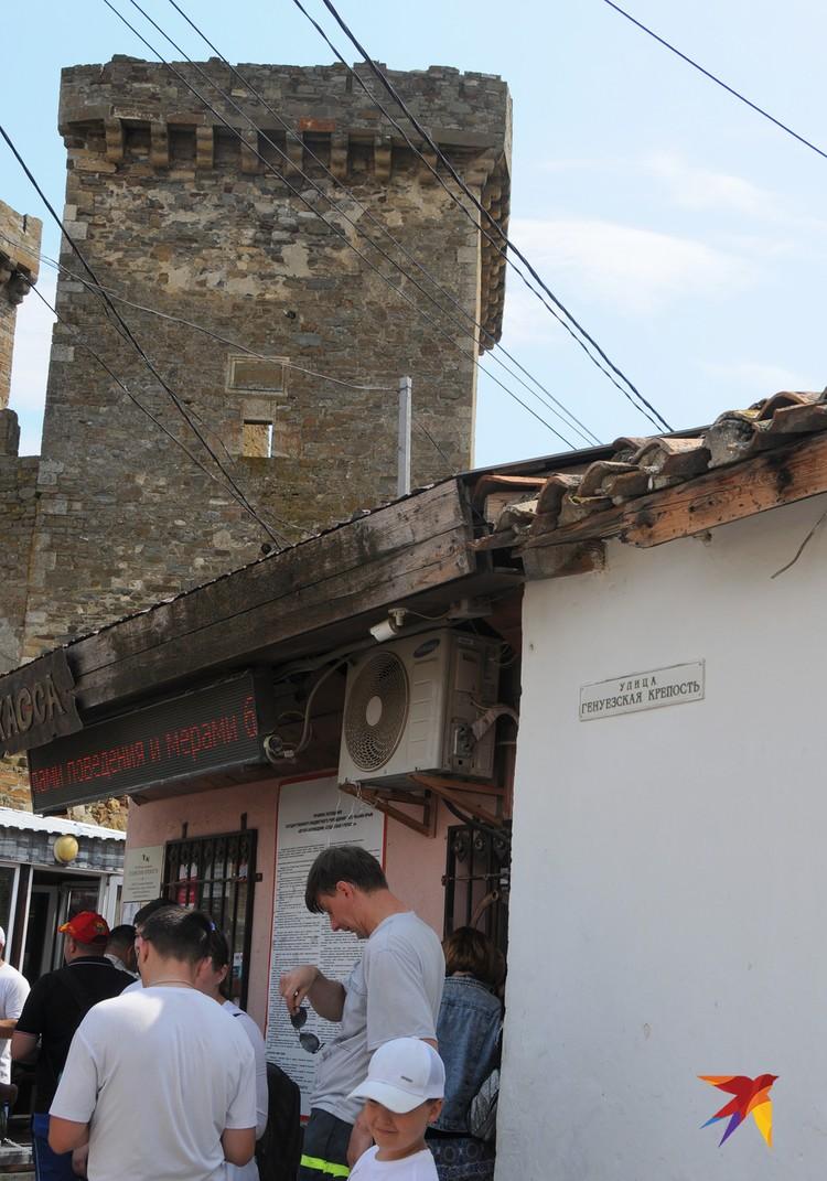 У кассы в Генуэзскую крепость Судака всегда оживленно.