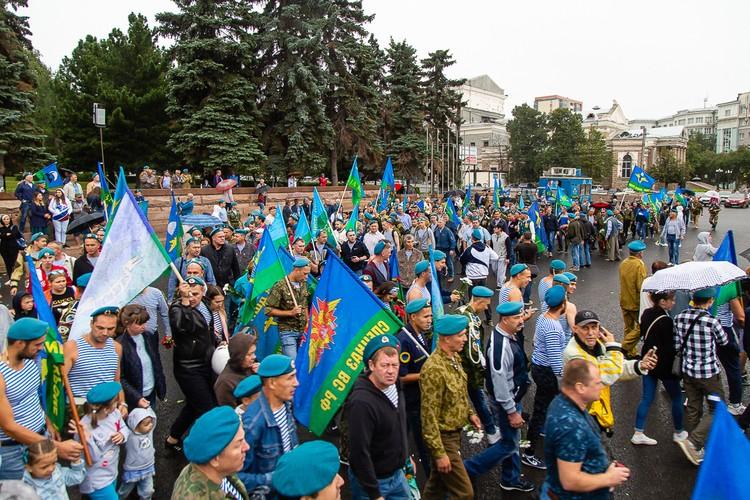 Десантники собрались на площади Революции утром 2 августа.