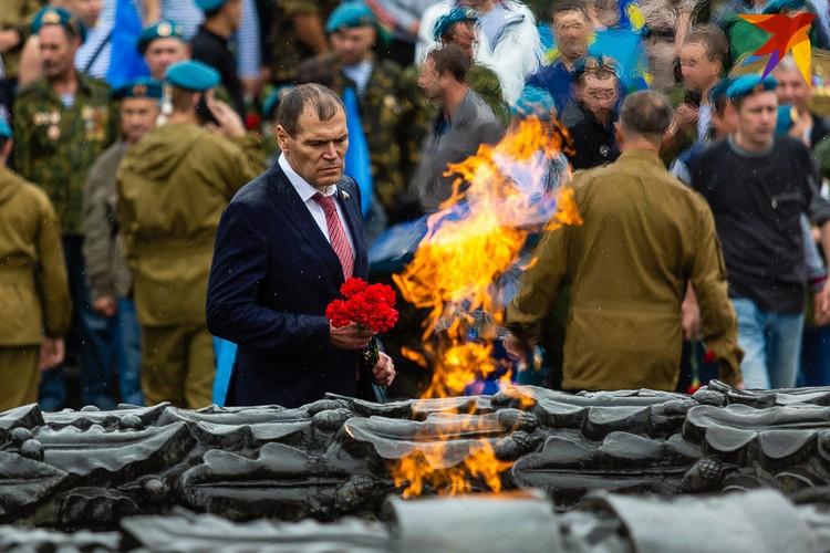 У Вечного огня заметили депутата Госдумы Барышева.