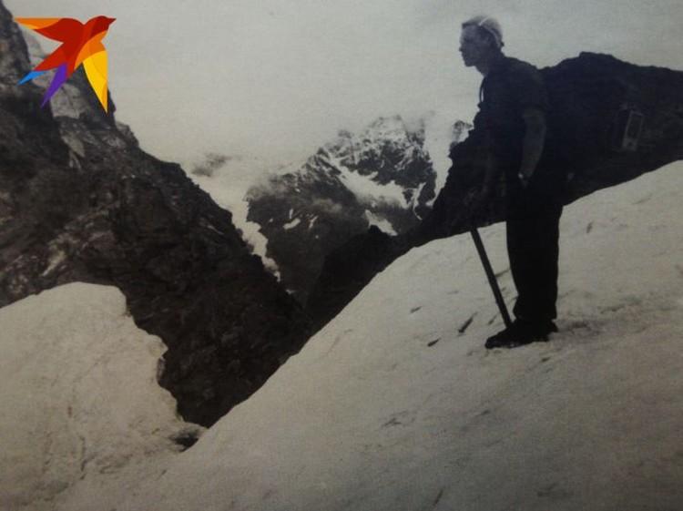 Игорь Дятлов на фоне кавказских гор в 1957 году. Фото: предоставил Павел Тарзин