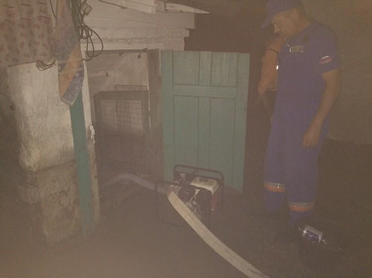 Воду из домов приходиться откачивать. Фото: пресс-служба МЧС России по РК