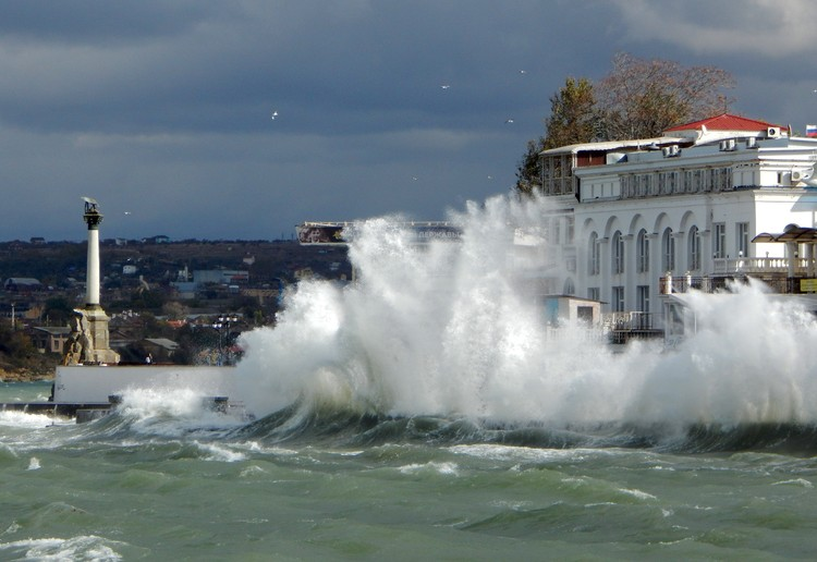 В Севастополе был сильный шторм.