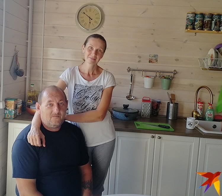 Анастасия и Владимир Емелины продали комнату в Москве и построили просторный дом в деревне. Место есть и детям, и внукам. Одна беда: топить электричеством зимой слишком дорого