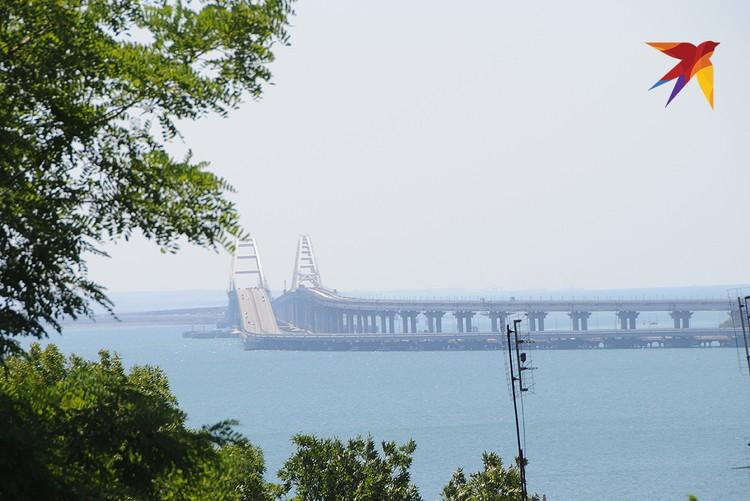 Тем, кто поднимается по Митридатской лестнице, открывается перспектива на Керченский пролив и Крымский мост, который совсем недалеко отсюда