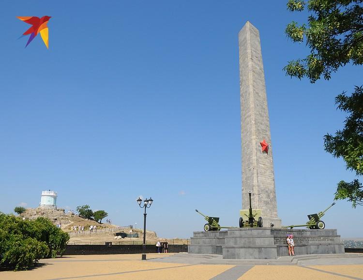 На вершине горы Митридат установлен Обелиск Славы в память о воинах Красной Армии, погибших при освобождении Керчи от немецко-фашистских захватчиков. Памятник был возведен еще в 1944 году – почти сразу после освобождения города