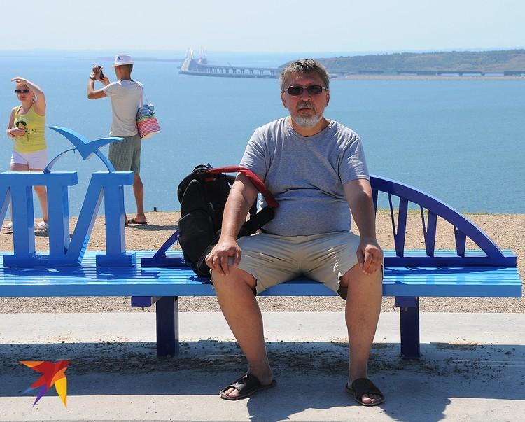 """Из последних туристических объектов: на вершине горы Митридат была поставлена скамейка """"Крымский мост"""" – чтобы туристы смогли сделать снимки на память на фоне этого грандиозного сооружения"""