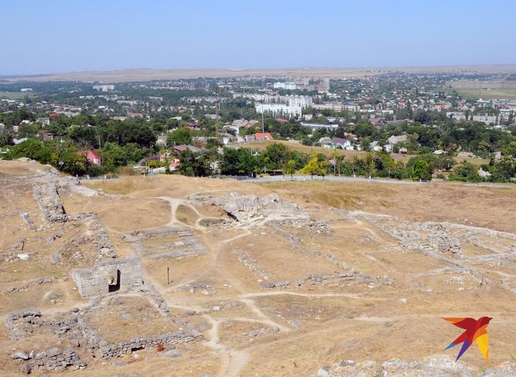 На склонах Митридата раскопаны древние городища эллинских колонистов Пантикапея, но раскопки еще продолжаются