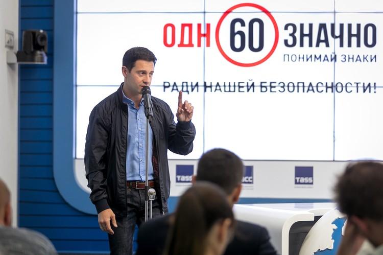 Актер и певец Антон Макарский принял участие в челлендже #21деньбезнарушений. Источник фото: ЭЦ «Движение без опасности»