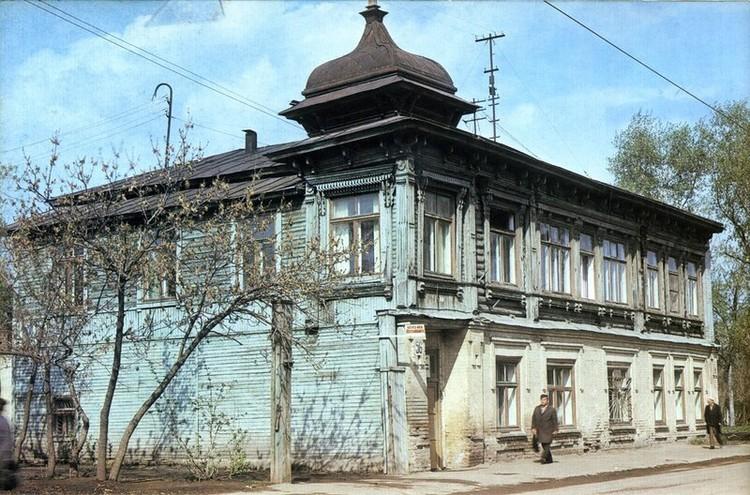 Так дом выглядел в советские годы. Фото из книги «Челябинск: градостроительство вчера, сегодня, завтра»