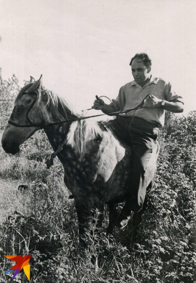 Василий Песков на лошади.