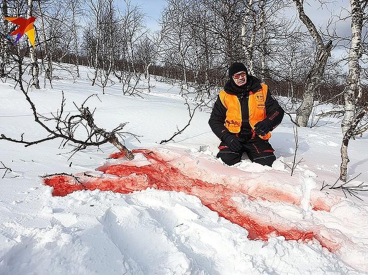Судмедэксперт Эдуард Туманов осматривает место гибели Игоря Дятлова.