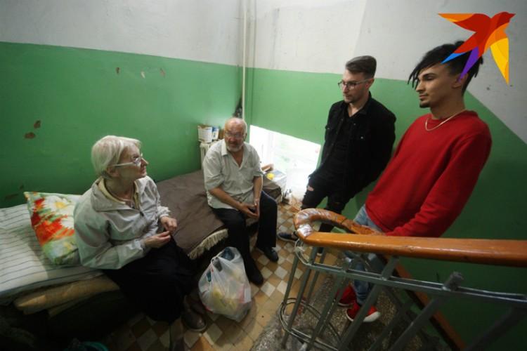Однако помочь готовы обычные люди. Например, в гости к пенсионерам пришли Артем и Стас, и принесли продукты