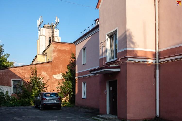 Виднеется башенка бывшей лютеранской кирхи.