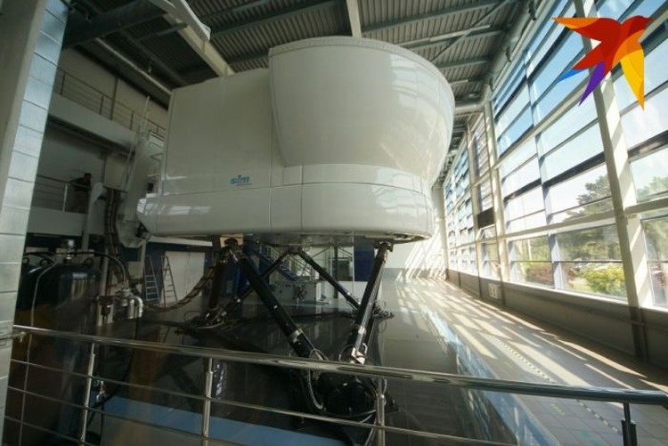 Такой тренажер на 95% воспроизводит поведение самолета во время полета и в момент экстренной ситуации.
