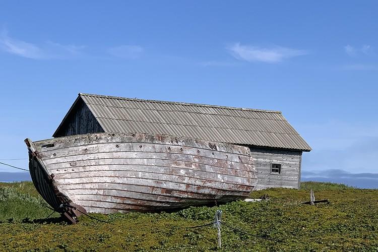 Лодка на берегу. Обычная часть пейзажа арктической суши