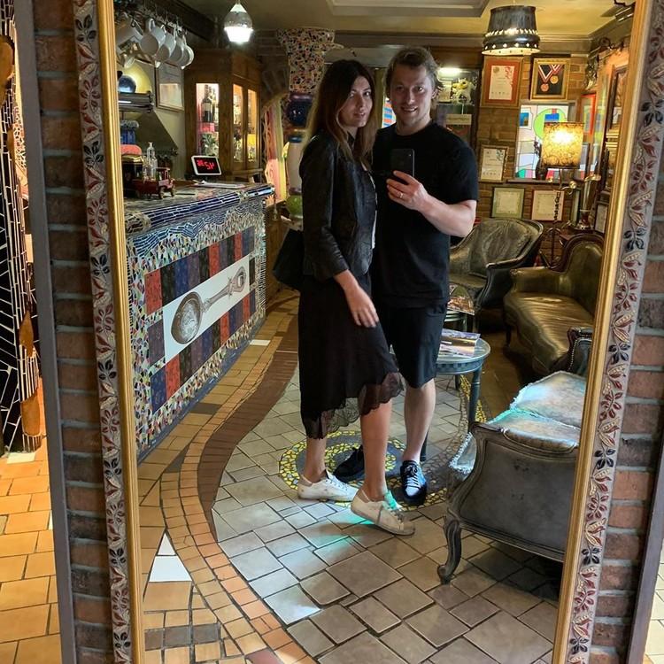 Хоккеист Владимир Тарасенко вместе со своей женой: фото сделано в ресторане за пару дней до ЧП.