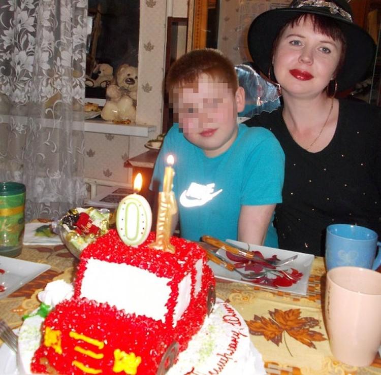 Соседские мальчишки даже немного завидовали Тимуру, так мама его баловала