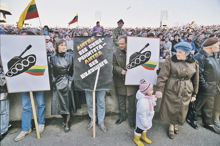В Литве митинги проходили по тому же сценарию, что и в других республиках Советского Союза. Демократы лишь назывались по-разному, но требовали одного и того же. Фото: Борис БАБАНОВ/РИА Новости