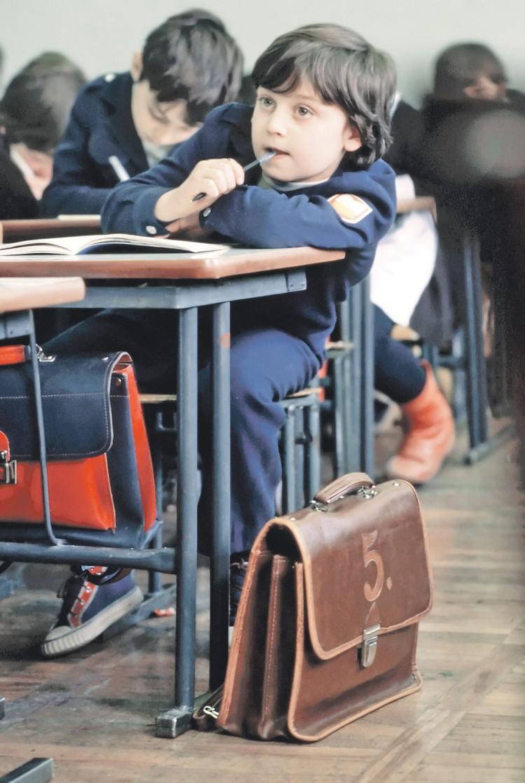 А про советскую школьную форму - отдельный разговор. Фото: Фотохроника ТАСС