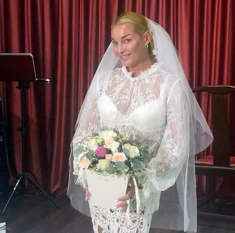 На презентации Анастасия появилась в прозрачном белоснежном наряде и фате