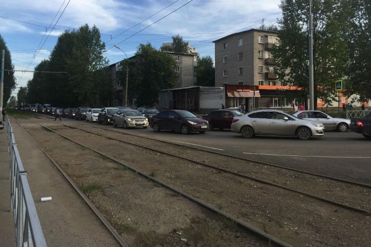 Выбор, перед которым поставлены ярославцы, тяжелый - или стоять в пробке, или ехать в переполненном трамвае. Фото: Елена Васильева.