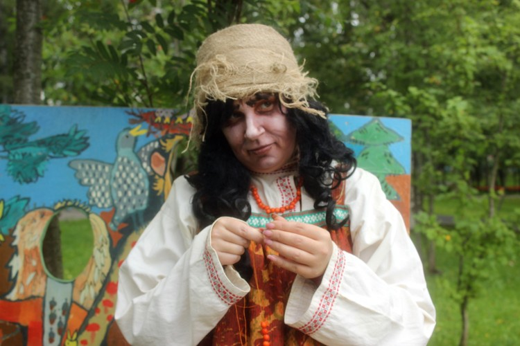 Кикимора плела бусы из рябины вместе с детьми и взрослыми
