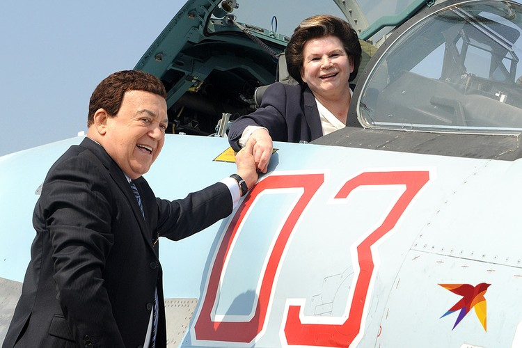 Певец Иосиф Кобзон и первая женщина-космонавт, Герой Советского Союза Валентина Терешкова во время визита на российскую авиабазу `Хмеймим`в Сирии.