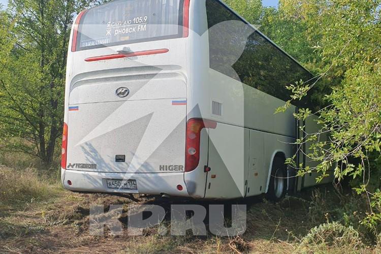 Автобус в пассажирами вынесло на обочину. Фото: Комсомольская правда.