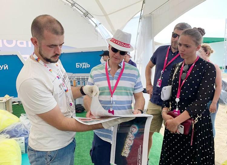 В соломенной шляпе, синих джинсах и рубашке, Сергей Кириенко совсем не похож на чиновника, а выглядит как очень молодой человек, один из участников фестиваля. Фото: администрация Тамбовской области