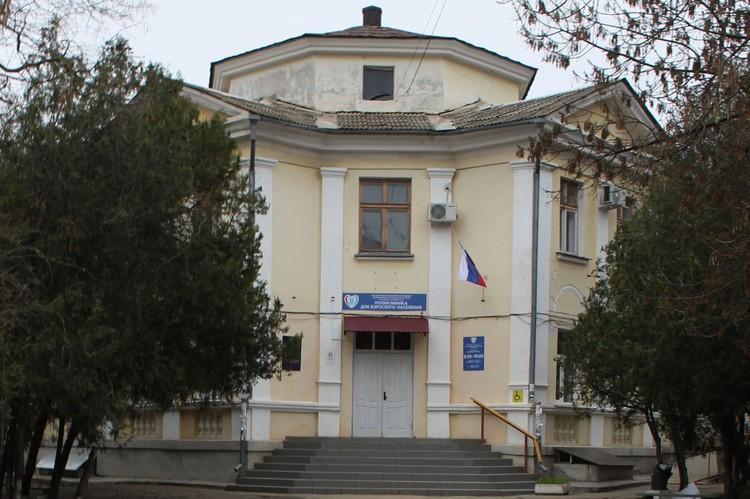 Женщина умерла прямо во дворе 4-ой больницы Севастополя.