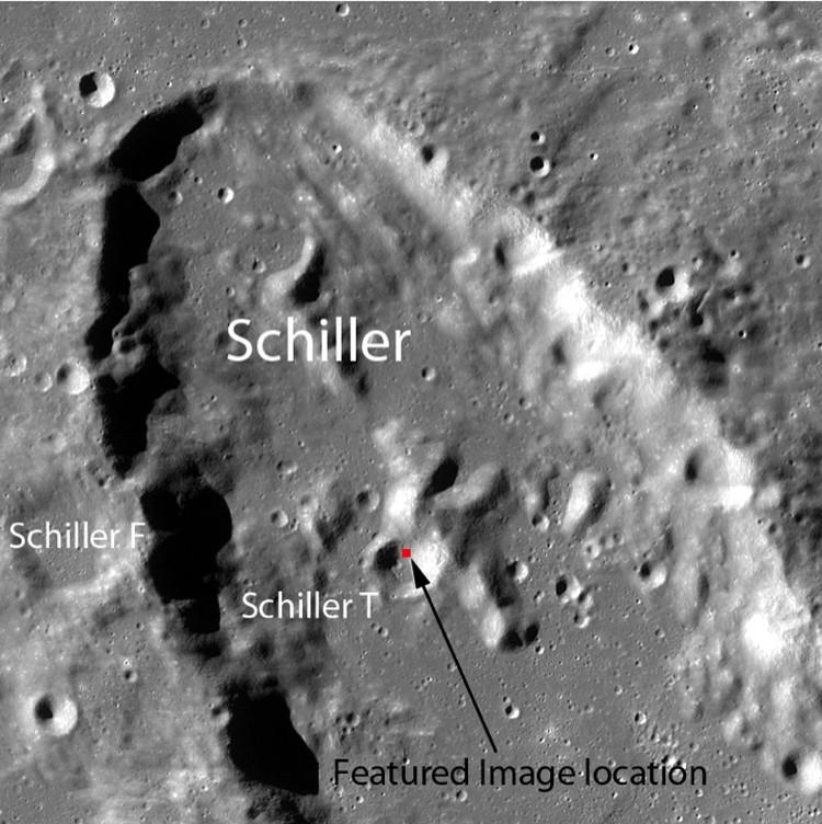 Лунный камень мог скатиться по склону кратера.