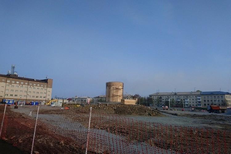 Работы начались сразу, как только прошли холода. В мае уже построили башню.