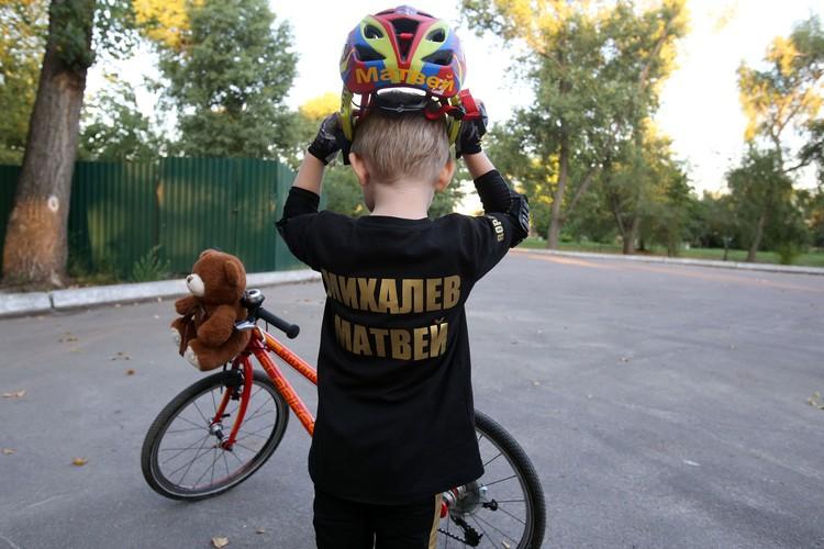 Без экипировки родители не позволяют Матвею выполнять трюки.