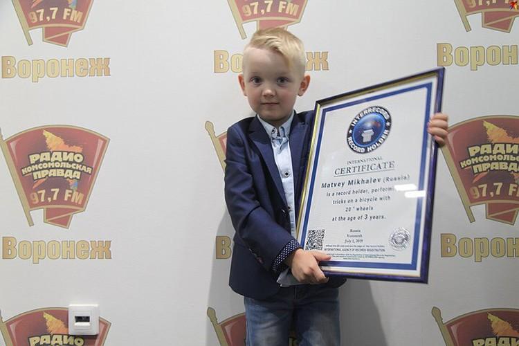 Матвей в радиостудии «Комсомолки» с дипломом международного образца.