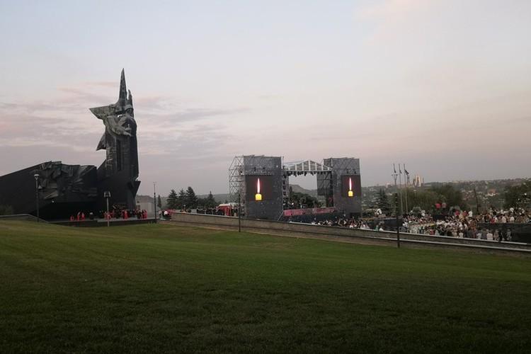 Сегодня на зеленых склонах никто не возлежит, концерт слушают стоя.